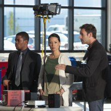 Jonny Lee Miller, Jon Michael Hill e Lucy Liu in una scena dell'episodio Flight Risk della prima stagione di Elementary