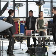 Jonny Lee Miller, Jon Michael Hill e Lucy Liu in una scena dell'episodio Flight Risk della serie Elementary