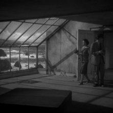 La casa sulla scogliera: Ruth Hussey con Ray Milland in una scena del film