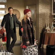 Molly C. Quinn e Nathan Fillion in una scena dell'episodio Secret Santa della quinta stagione di Castle - Detective tra le righe
