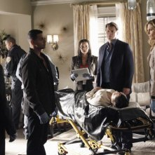 Nathan Fillion con Jon Huertas, Seamus Dever e Stana Katic in una scena dell'episodio Probable Cause della serie Castle - Detective tra le righe