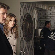 Nathan Fillion con Stana Katic in una scena dell'episodio Probable Cause della serie Castle - Detective tra le righe