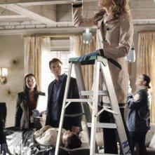 Nathan Fillion con Tamala Jones e Stana Katic in una scena dell'episodio Probable Cause della serie Castle - Detective tra le righe