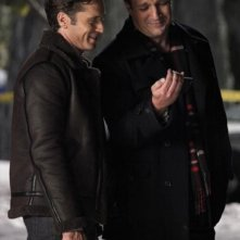 Nathan Fillion e Seamus Dever in una scena dell'episodio Secret Santa della quinta stagione di Castle - Detective tra le righe