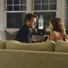 Nathan Fillion e Stana Katic in un momento dell'episodio Murder, He Wrote della serie TV Castle - Detective tra le righe