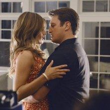 Nathan Fillion e Stana Katic in un momento romantico dell'episodio Murder, He Wrote della serie TV Castle - Detective tra le righe