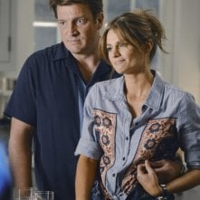 Nathan Fillion con Stana Katic in una scena dell'episodio Murder, He Wrote della serie TV Castle - Detective tra le righe