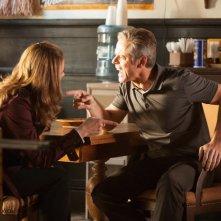 Nathan Fillion e Stana Katic in una scena dell'episodio Swan Song della serie Castle - Detective tra le righe