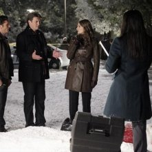 Nathan Fillion, Seamus Dever, Stana Katic, Tamala Jones in una scena dell'episodio Secret Santa della quinta stagione di Castle - Detective tra le righe