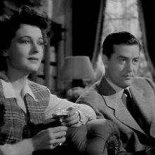 Ruth Hussey e Ray Milland in una scena del film La casa sulla scogliera (1944)