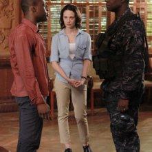 Sahr Ngaujah e Andre Braugher insieme a Camille De Pazzis in una scena dell'episodio Otto rintocchi della serie Last Resort