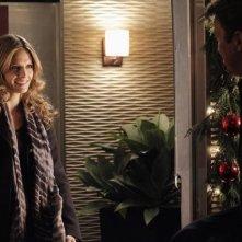 Stana Katic e Nathan Fillion in una scena dell'episodio Secret Santa della quinta stagione di Castle - Detective tra le righe