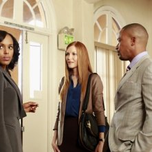 Darby Stanchfield, Kerry Washington e Columbus Short in una scena dell'episodio Beltway Unbuckled della seconda stagione di Scandal