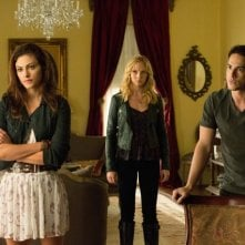 Michael Trevino, Candice Accola e Phoebe Tonkin in una scena dell'episodio The Killer della quarta stagione di The Vampire Diaries