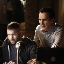 Patrick Fischler e Guillermo Diaz in una scena dell'episodio Hunting Season della seconda stagione di Scandal