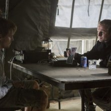 Sebastian Dunn e Stephen Amell in una scena dell'episodio Damaged della prima stagione di Arrow