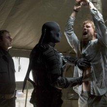 Sebastian Dunn, Jeffrey Robinson e Stephen Amell in una scena dell'episodio Damaged della prima stagione di Arrow