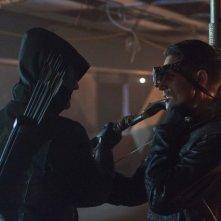 Stephen Amell con Michael Rowe in una scena per l'episodio Lone Gunmen della prima stagione della serie Arrow