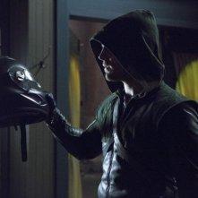 Stephen Amell in una scena per l'episodio Muse of Fire della prima stagione della serie Arrow
