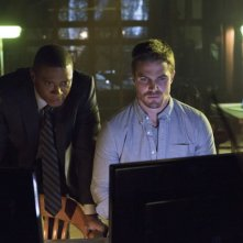 David Ramsey con Stephen Amell in una scena dell'episodio Legacies della prima stagione di Arrow
