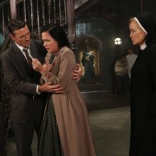 American Horror Story, Asylum - Jessica Lange e Franka Potente nell'ep. I Am Anne Frank (parte 2) con David Chisum
