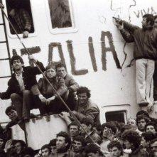 Anija - La nave: una scena del documentario sullo sbarco della nave albanese