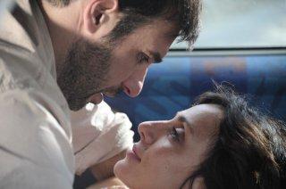 Ci vediamo a casa: Ambra Angiolini in una scena d'amore con Edoardo Leo