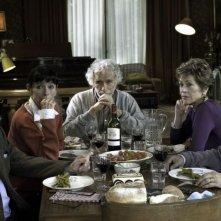 E se vivessimo tutti insieme?: il cast in una scena del film