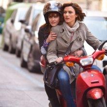 L'amore è imperfetto: Lorena Cacciatore in motorino con Anna Foglietta in una scena del film