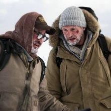Liam Neeson e Dermot Mulroney in una scena di The Grey