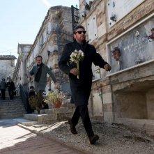 Una famiglia perfetta: Sergio Castellitto rincorso al cimitero da Marco Giallini in una scena del film