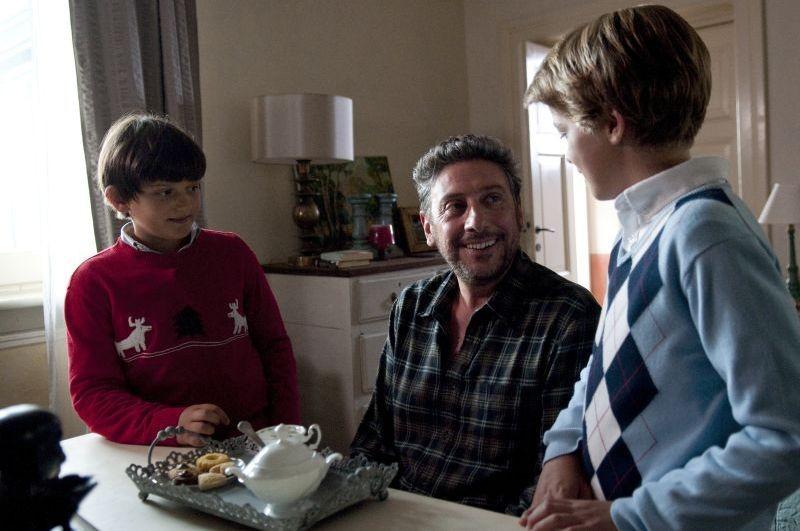 Una Famiglia Perfetta Sergio Castellitto Sorride A Giacomo Nasta E Lorenzo Zurzolo In Una Scena Del  257973