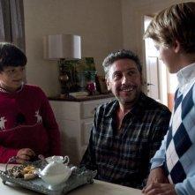 Una famiglia perfetta: Sergio Castellitto sorride a Giacomo Nasta e Lorenzo Zurzolo in una scena del film