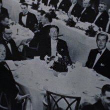 Alfred Hitchcock si ritaglia il consueto cameo in una scena del film Il delitto perfetto (1954)