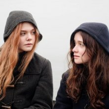 Elle Fanning e Alice Englart in un momento di Ginger & Rosa