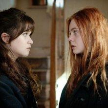 Faccia a faccia tra Elle Fanning e Alice Englart in Ginger & Rosa