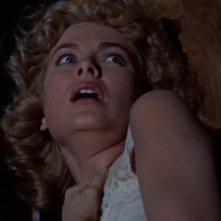 Grace Kelly spaventata in una scena del film Il delitto perfetto