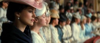 Keira Knightley a teatro in una scena di Anna Karenina