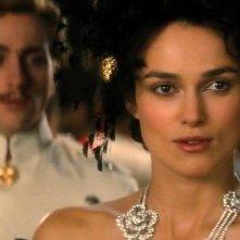 Keira Knightley con Aaron Johnson in una scena di Anna Karenina