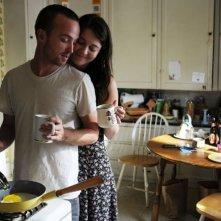 Smashed: i protagonisti Mary Elizabeth Winstead ed Aaron Paul in una tenera scena