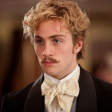 Un bel primo piano di Aaron Johnson in Anna Karenina