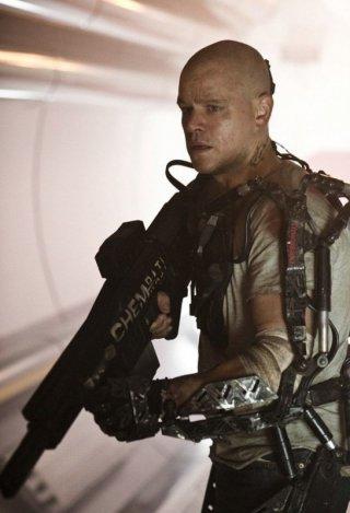 Un'immagine di Matt Damon in tenuta da combattimento in una scena di Elysium