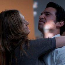 28 Hotel Rooms: Chris Messina e Marin Ireland si abbracciano in una scena del film