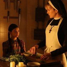 American Horror Story: Lily Rabe con la piccola Nikki Hahn in The Origins of Monstrosity - episodio della seconda stagione