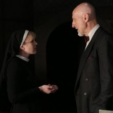 American Horror Story: Lily Rabe e James Cromwell in The Origins of Monstrosity - episodio della seconda stagione