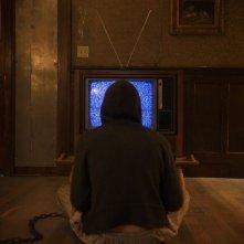 Chained: Eamon Farren di spalle in una scena del film