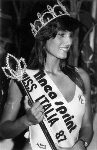 Miss Italia 1987: Mirka Viola con la corona di Miss, che poi le fu tolta
