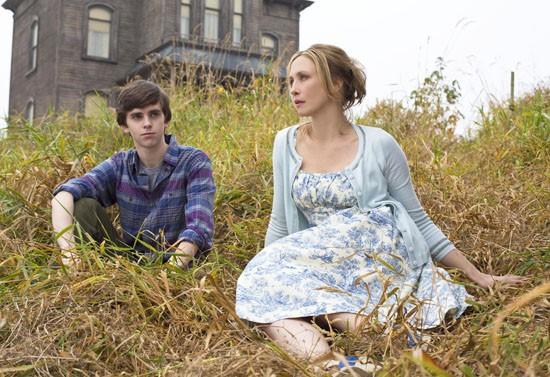 Vera Farmiga e Freddie Highmore in una delle prime immagini per la serie TV Bates Motel