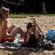 Breaking Horizon: Henrike von Kuick e Aylin Tezel in una scena del film