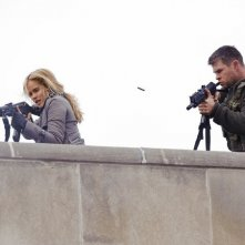 Isabel Lucas e Chris Hemsworth in Red Dawn